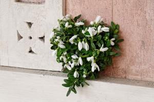 Winterfloristik: Herz aus Schneeglöckchen und Buchs. Galanthus nivalis, Buxus