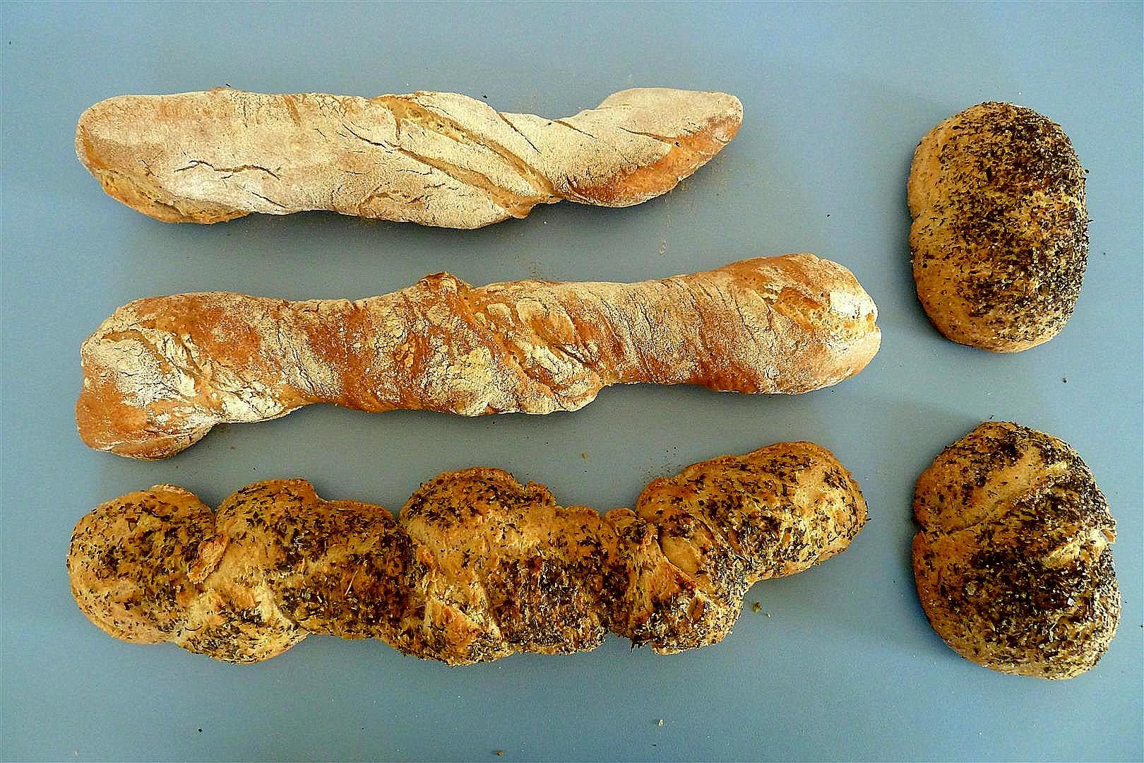 Öl und Kräuter schmecken auch gut auf Baguettes und Brötchen