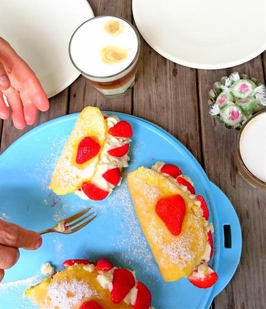 Biskuittaschen mit Erdbeeren