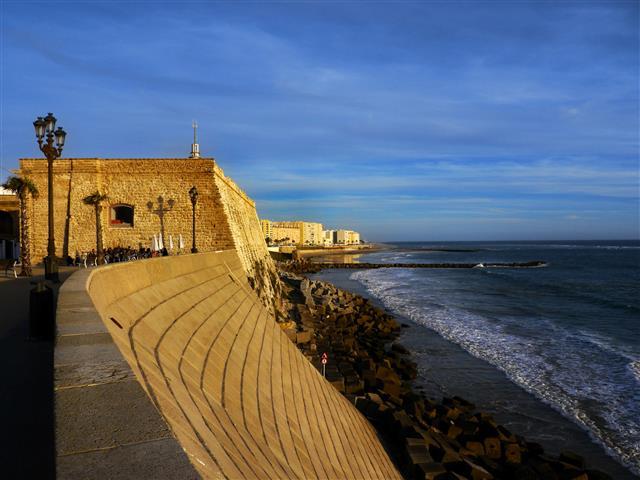 unsere Lieblingskneipe für einen Sundowner an der Stadtmauer von Cadiz