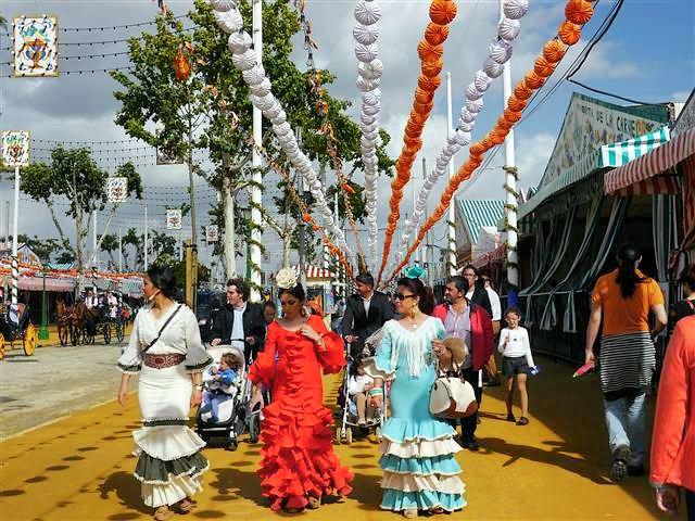 flanieren im Flamencokleid auf der Feria in Sevilla