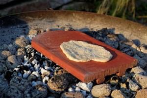 Fladenbrot auf heißem Ziegelstein