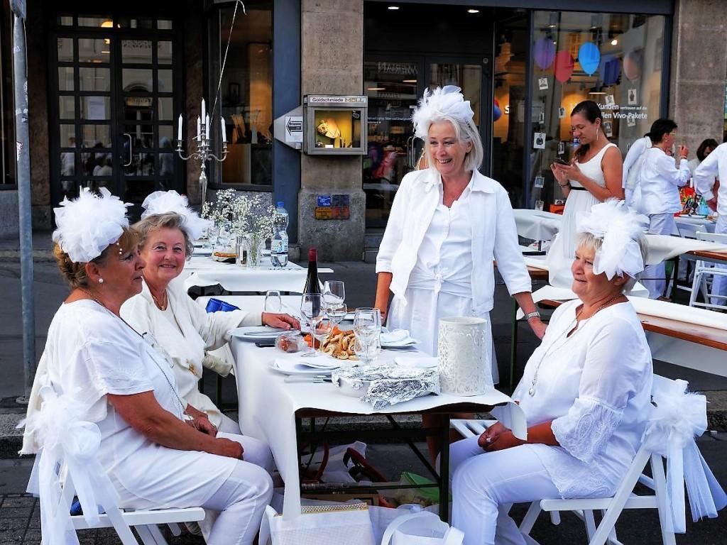 Frauengrüppchen tafelten zusammen