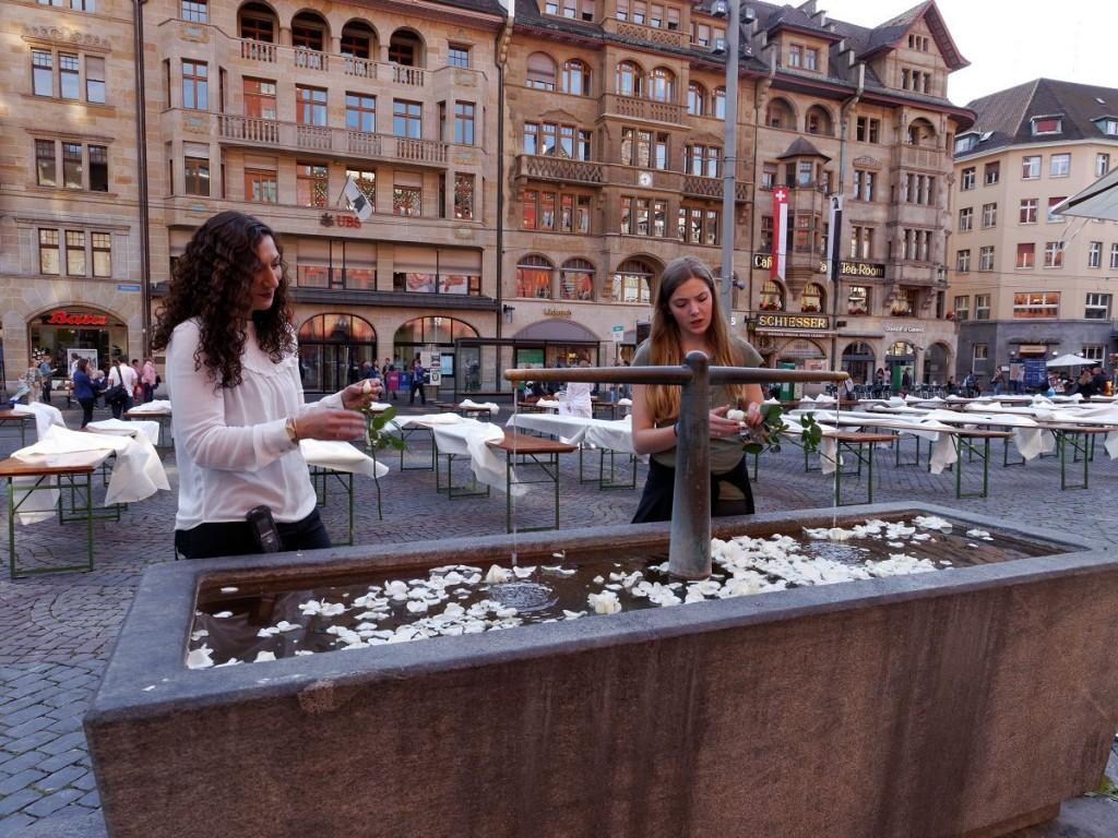 Auch der Brunnen am Rathausplatz wurde mit weissen Rosen geschmückt