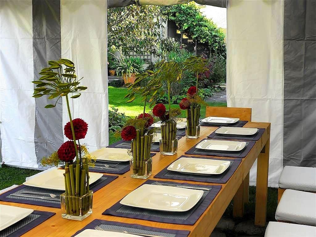 schön dekorierter Tisch mit kreativem Blumenschmuck aus Stengeln des japanischen Knöterichs,Dahlien und Agapanthusfrüchten