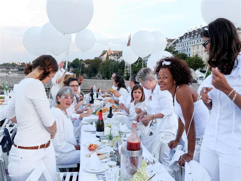 bunt zusammengewürfelte Freunde oder Arbeitskollegen teilten sich einen Tisch