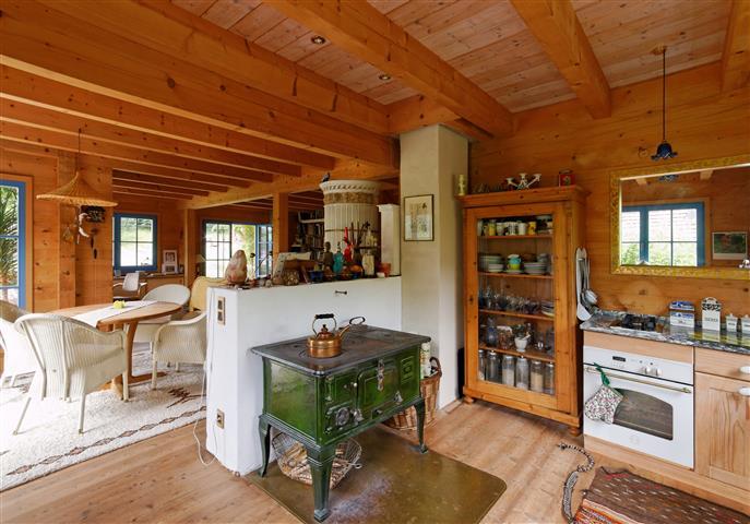 Holzofen im Holzhaus